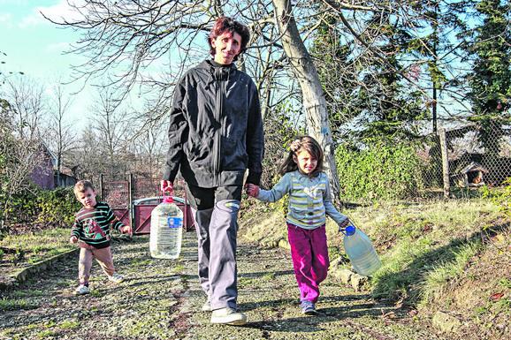 Kad nema struje, nema ni vode, pa mališani pomažu mami da je donese od komšije