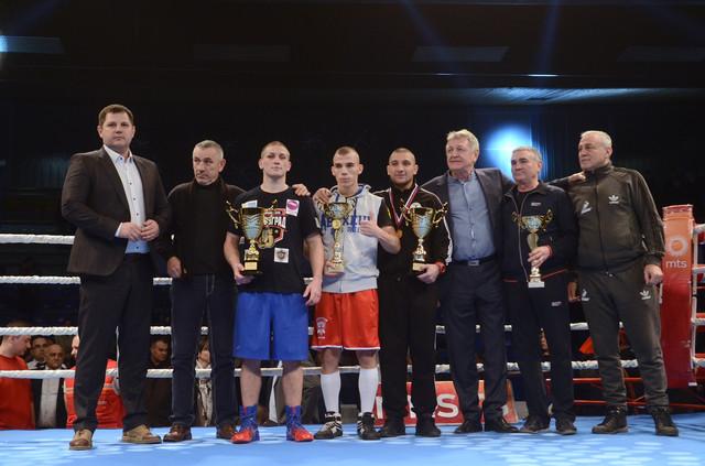 Nenad Borovčanin, predsednik Bokserskog saveza Srbije (levo) sa najboljima na spektaklu u Jagodini