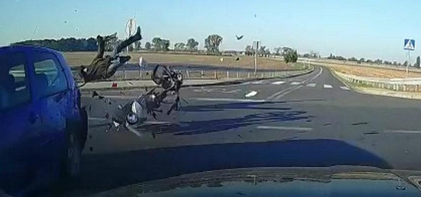 Wstrząsające nagranie wypadku. Kierowca bez uprawnień wjechał w motocyklistę