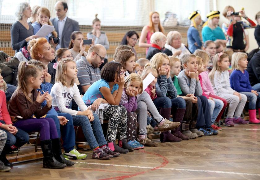 Dzieciaki na przedstawieniu