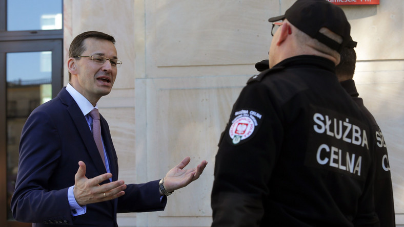 Premier Mateusz Morawiecki rozmawia z funkcjonariuszami Służby Celnej