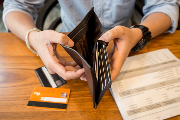 """Jest też grono osób, jak podkreślono w badaniu, które """"w podbramkowych okolicznościach korzysta ze zgromadzonych oszczędności, przeznaczając je na spłatę zobowiązań""""."""