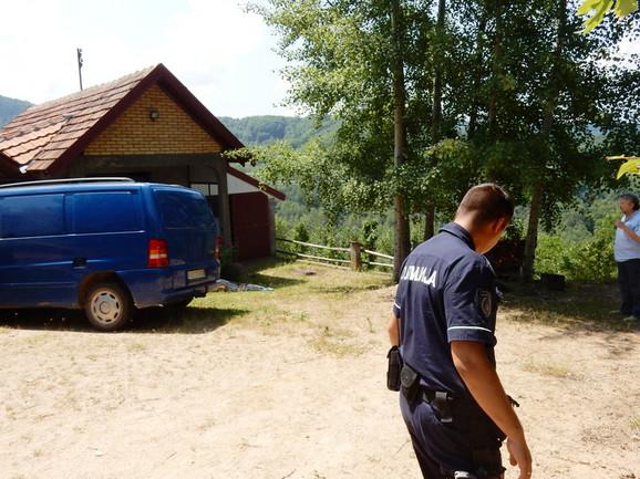 Telo žene pronađeno je ispred kuće