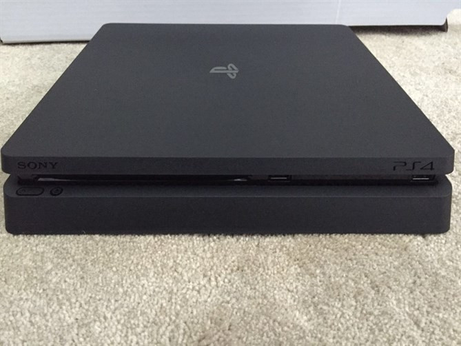 PlayStation 4 Slim z bliska