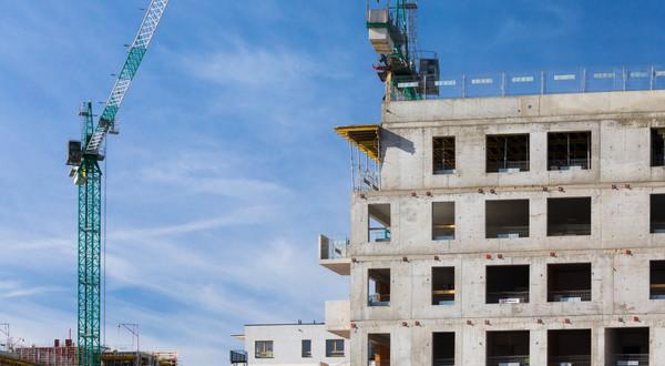 Drogie i trudno dostępne działki, wysokie ceny materiałów i stawki dla pracowników oraz wydłużone formalności związane z rozpoczęciem budowy – nie brakuje czynników, które windują ceny mieszkań