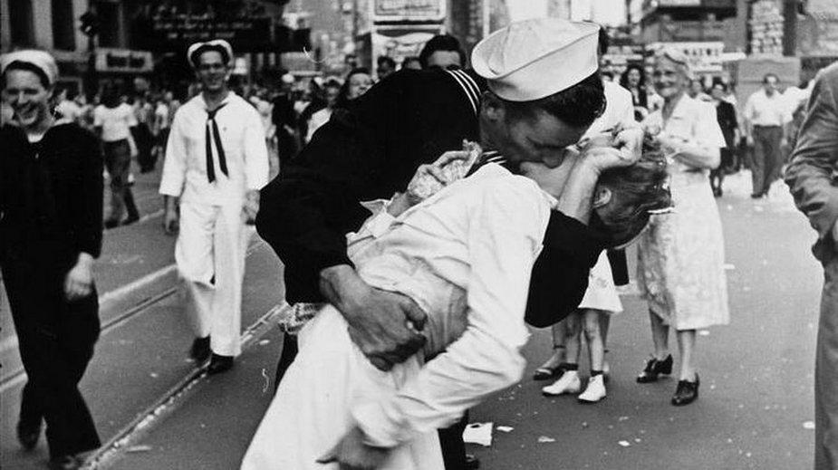 Marynarz całuje dziewczynę na Time Square, świętując zakończenie II wojny światowej