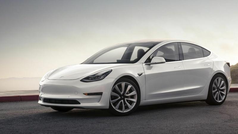 Tesla Model 3 obserwuje kierowcę