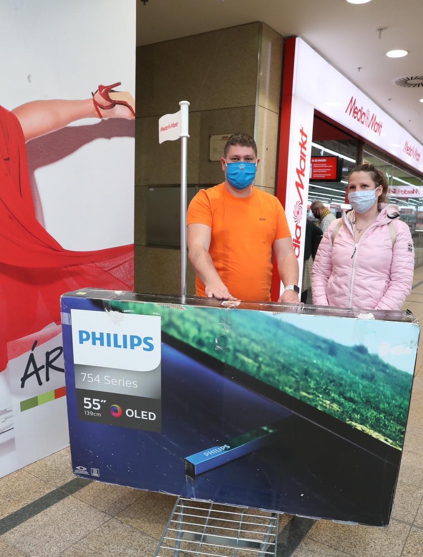 Születésnapi ajándékot vadászott Tamás és Dóra, végül a leárazás miatt egy hatalmas tévével tértek haza / Fotó: Pozsonyi Zita