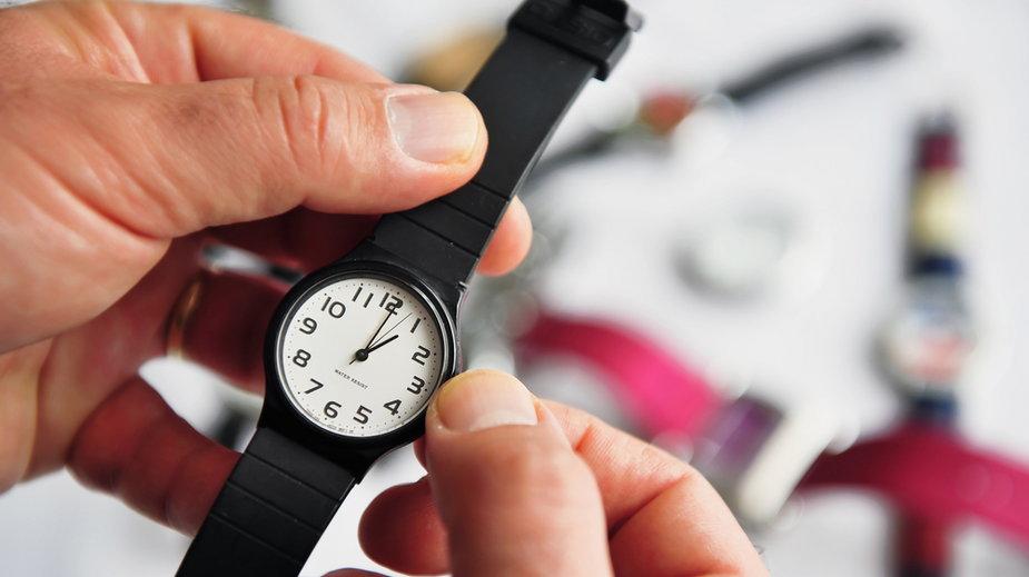 Zmiana czasu z letniego na zimowy 2020. Kiedy przestawiamy zegarki?