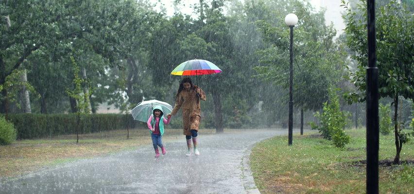 Pogoda. W piątek wietrznie i deszczowo. Czy w weekend będą burze?