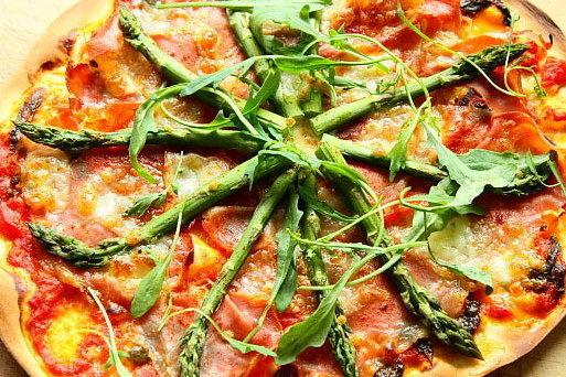 Pizza ze szparagami, fot. www.facetikuchnia.com.pl