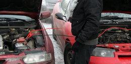 Samochód nie chce zapalić przez mróz? Tak bezpiecznie odpalisz auto z kabli