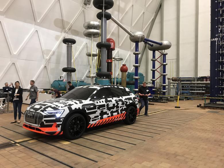 Audi e-tron. Zamówienia można już składać. Produkcja ruszy jeszcze w tym roku