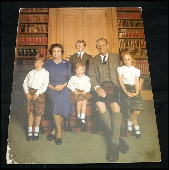 Kraljica i princ Filipo sa unucima (princ Hari je u sredini)