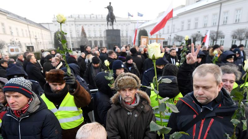 We wtorek rano politycy PiS w 81. miesięcznicę smoleńską uczestniczyli we mszy świętej w kościele Wniebowzięcia Najświętszej Maryi Panny i św. Józefa Oblubieńca. Następnie przeszli przed Pałac Prezydencki, gdzie złożono kwiaty przed tablicami upamiętniającymi ofiary katastrofy z 10 kwietnia 2010 r.