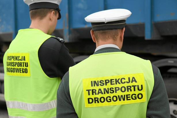 Szeregowym inspektorom pracującym w terenie zależy na tym, by dostać przywileje przysługujące służbom mundurowym