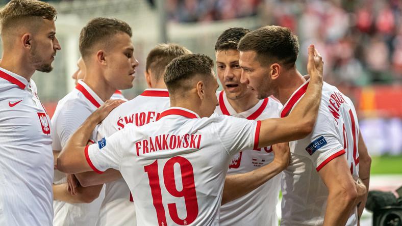 Piłkarze reprezentacji Polski cieszą się z gola Jakuba Świerczoka (P) podczas meczu towarzyskiego z Rosją