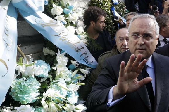 Predsednik Lacija Kladuio Lotito i fudbaleri u poseti sinagogi u Rimu
