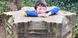 Niesamowita akcja ratunkowa. Chłopiec uwięziony w pomniku