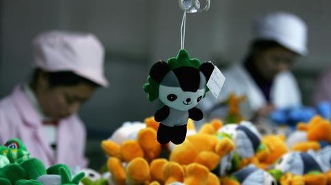 Pracownicy w chińskiej fabryce produkującej maskotki