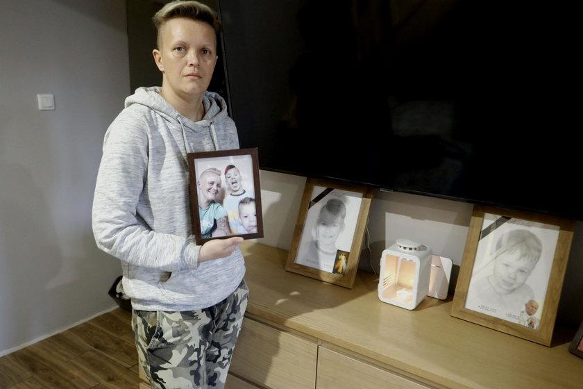 Pani Justyna ze zdjęciami chłopców.