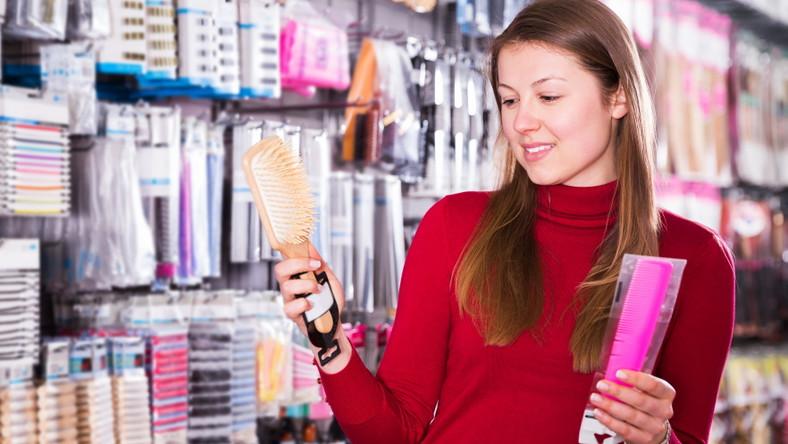 Kobieta ogląda grzebienie w sklepie