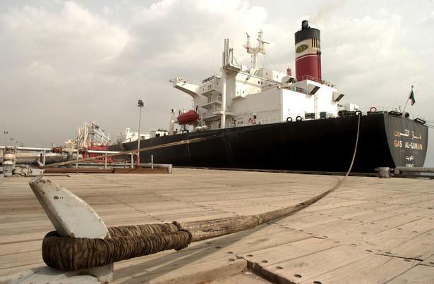 Wydobycie ropy naftowej odpowiada za ponad połowę produktu krajowego brutto Kuwejtu. W ciągu najbliższych pięciu lat kraj ten planuje zwiększenie poziomu produkcji do 4 mln baryłek dziennie. Nie jest tajemnicą, że Kuwejt był jednym z największych beneficjentów sankcji gospodarczych nałożonych na Iran w 2012 roku. Powrót Teheranu na rynek ropy naftowej nie jest więc zbyt dobrą wiadomością dla emira Sabaha IV.
