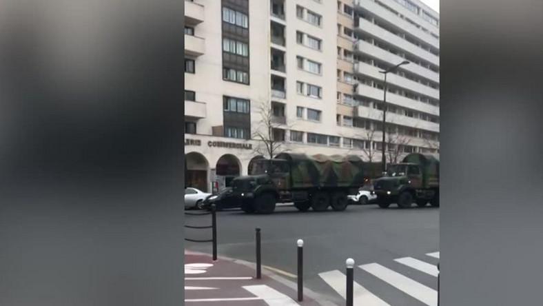Wojskowe ciężarówki na przedmieściach Paryża