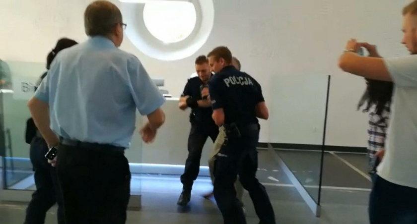 Posłowi puściły nerwy! Szarpał się z policją