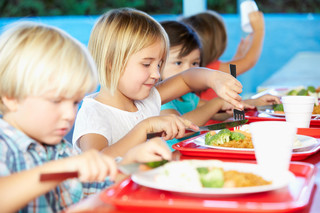 Szkolne obiady z dostawą do domu albo zasiłek celowy