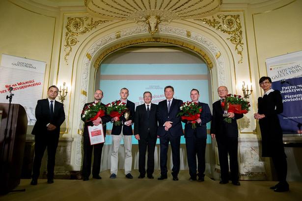 """Laureaci konkursu """"Wyboista droga do wolności gospodarczej"""" oraz """"Firma bez granic""""."""