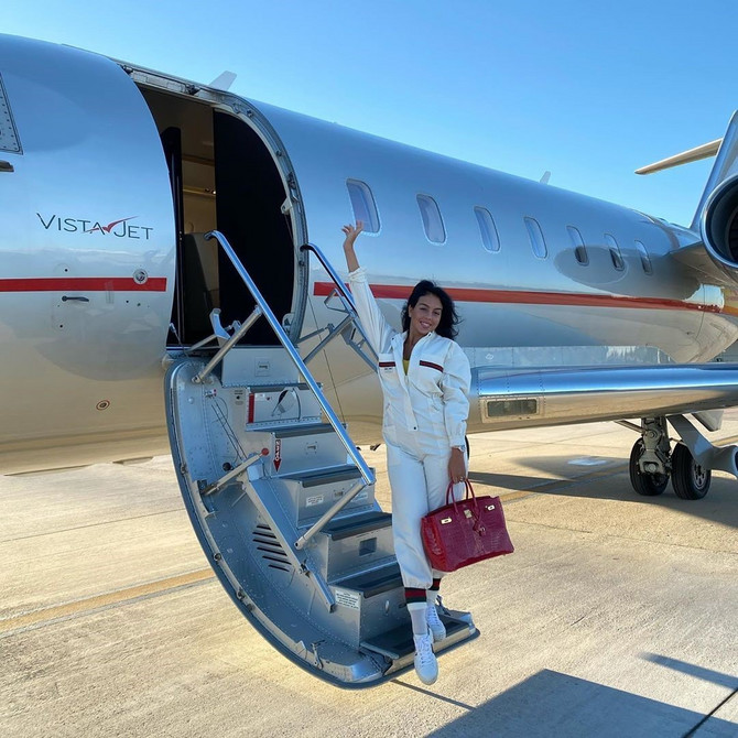 Privatnim avionom ide na sva putovanja, a za kraće destinacije koristi helikopter