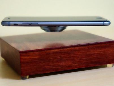 OvRcharge ładuje telefon i unosi go w powietrzu. Firma AR Design zebrała pieniądze na budowę ładowarki na Kickstarterze