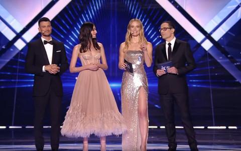 Svi su gledali u njegov PRSTEN: Seksi voditelj Evrovizije ima MUŽA, a tek da vidite kako on izgleda!