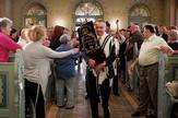 Isak Asiel unosi Toru u sinagogu