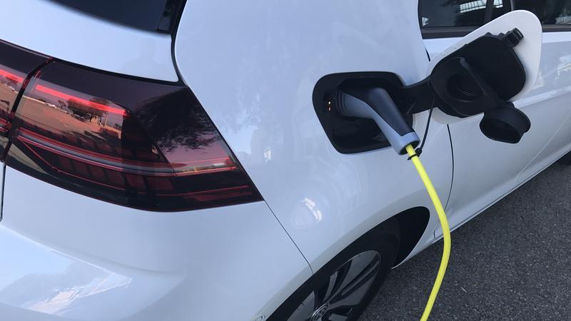 VW e-Golf. Gniazdo ładowania pod tylną klapką