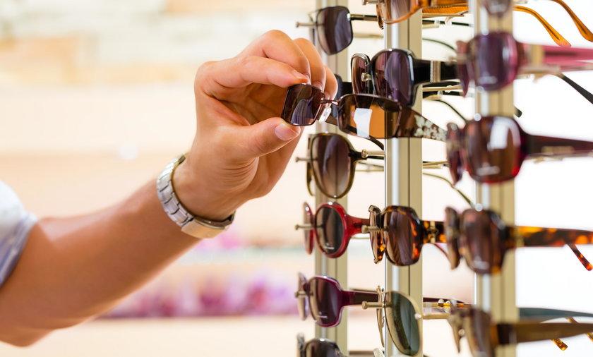 Tanie okulary z marketów szkodzą oczom
