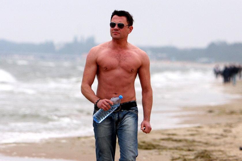 Krzysztof Ibisz z gołą klata na plaży