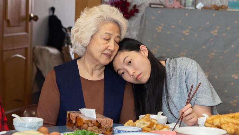 """Shuzhen Zhao i Awkwafina w filmie """"Kłamstewko"""""""