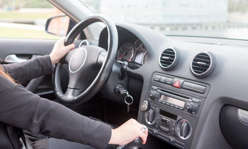 Kobieta kieruje samochodem