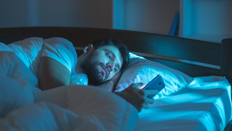 W łóżku ze smartfonem