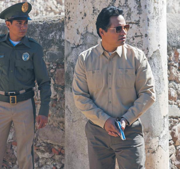"""Michael Peña (po prawej) jako """"Kiki"""" Camarena, agent DEA rozpracowujący kartele narkotykowe w Meksyku fot. Carlos Somonte/Netflix"""