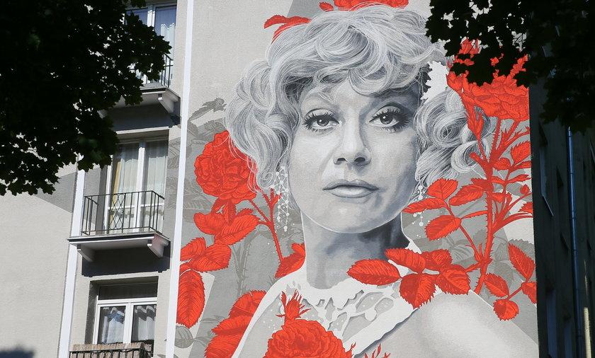 Ścianę jednego z budynków na Żeromskiego zdobi wizerunek Krystyny Sienkiewicz.