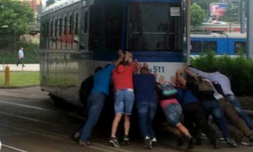 Pasażerowie pchali tramwaj na rondzie Mogilskim