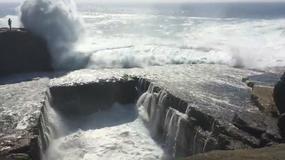 Turystka zmieciona przez falę z klifu na wyspach Aran w Irlandii - dramatyczny film