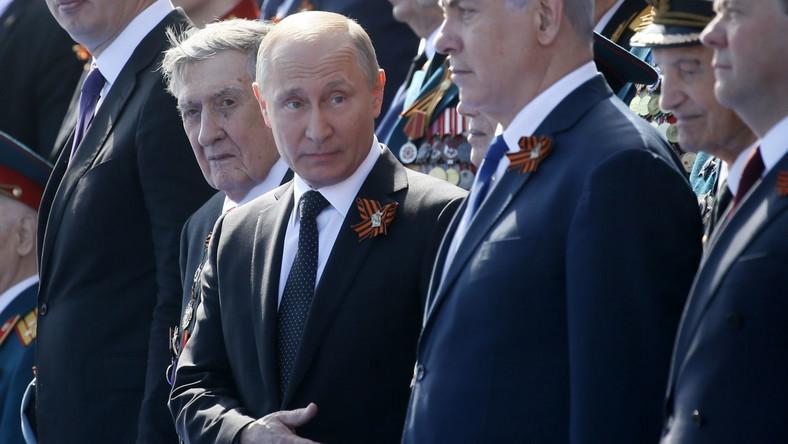 """W przemówieniu na Placu Czerwonym Putin powiedział, że gdy przed 73 laty wojna się zakończyła, """"wszystkie kraje i wszystkie narody zdawały sobie sprawę, że to właśnie Związek Radziecki przesądził o wyniku II wojny światowej"""". Dodał, że zwycięstwo odniesiono za cenę """"najcięższych, niemożliwych do powetowania strat i bezprzykładnego męstwa"""". Ocenił następnie: """"dziś osiągnięcie narodu, który uratował Europę i świat przed zniewoleniem, zniszczeniem, koszmarem Holokaustu, usiłuje się przekreślić"""". Zarzucił niewymienionym z nazwy siłom, iż próbują """"wypaczyć wydarzenia wojny, zapomnieć o prawdziwych bohaterach, sfabrykować, pisać na nowo i przekłamać historię"""". """"Nigdy nie pozwolimy tego uczynić"""" - podkreślił. Zapowiadając, że Rosja będzie pamiętać o wszystkich swych żołnierzach, Putin zaznaczył, iż będzie ona też pamiętać """"o wkładzie krajów koalicji antyhitlerowskiej w zwycięstwo i o braterstwie bojowym tych, którzy walczyli z nazizmem""""."""