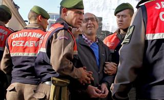 Hiszpania: Pisarz krytykujący Erdogana warunkowo zwolniony z aresztu. Został aresztowany na prośbę Turcji