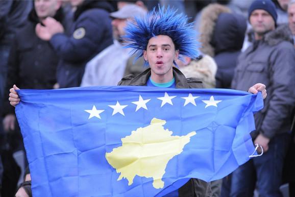 Navijač na prvoj utakmici od samoproglašenja Republike Kosovo