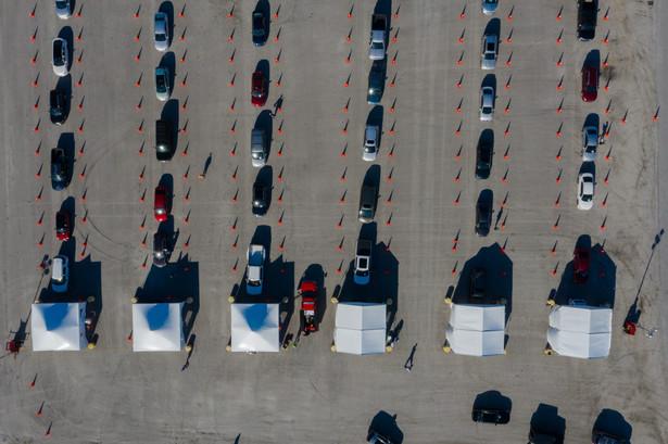 Samochody z chętnymi czekającymi na szczepienie przeciw Covid-19. Darlington, Karolina Południowa, USA. 5.03.2021