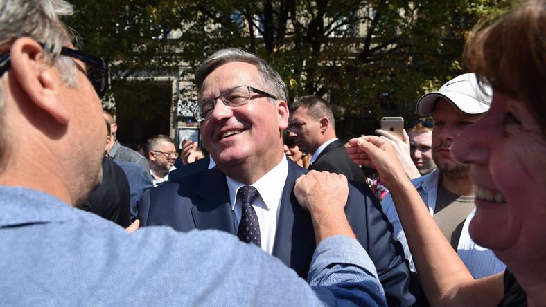 Prezydent Bronisław Komorowski podczas pożegnania z mieszkańcami stolicy na placu Konstytucji w Warszawie